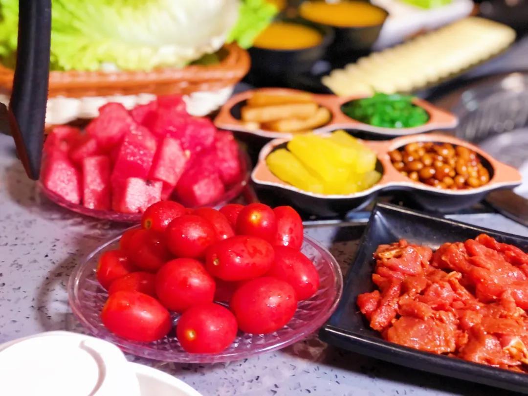 【青秀区丨清河居韩式烤肉丨老牌烤肉店】仅123元抢门市价245元包含精品五花+腌制牛肉+鸡腿肉+日式猪肉肠等12份菜品!