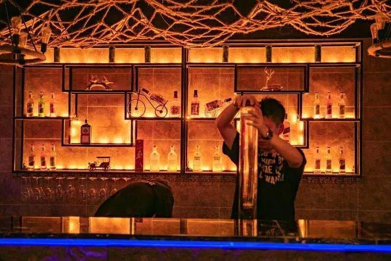 【三峡广场】一扎啤酒在手!甩掉双重疲惫!¥19.9抢价值108元「西栖里里小酒馆」开业特惠套餐 雅致的格调 有菜有酒 排面十足
