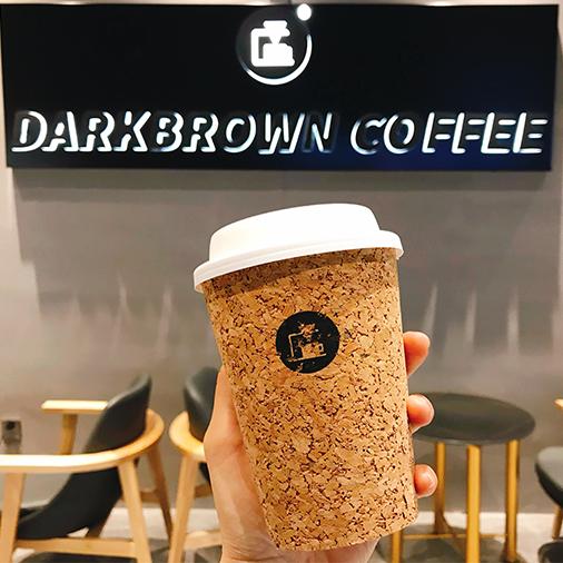 【昌平 万达广场】du家特制咖啡!颜值与内涵并存!仅¥14.9起抢「DarkBrowm COFFEE」=拿铁咖啡/蛋糕3选1