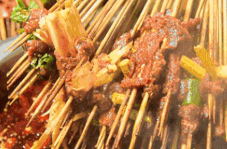 【犀浦|滨江两岸|免预约】鲜牛肉现切现串!仅¥29.9抢「左龙牛肉冷锅串串」双人餐=特色签签100根+毛肚+宽粉!