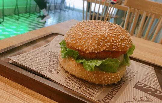 【雨花区·德思勤】美式餐厅汉堡,每一口都肉质饱满!19.9元起抢「百分之1汉堡套餐」百分之1招牌汉堡/至尊牛肉汉堡/黑椒猪扒汉堡3选2