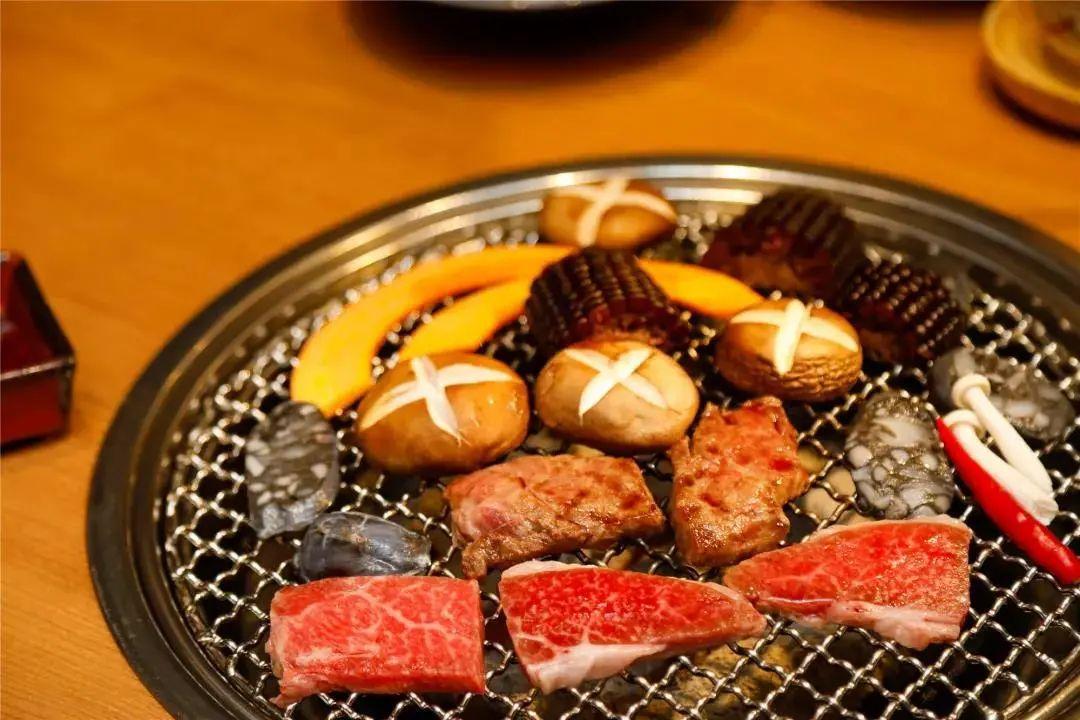 【鼓楼区·五四路】地道烤肉,让你吃到扶墙出~298元抢¥813「万福日式炭火烧肉」3人餐=牛肉拼盘+刺身拼盘+石锅拌饭+N多美味